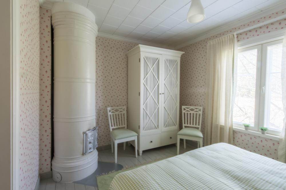 Lammin tilan päärakennuksen ruusuinen makuuhuone.
