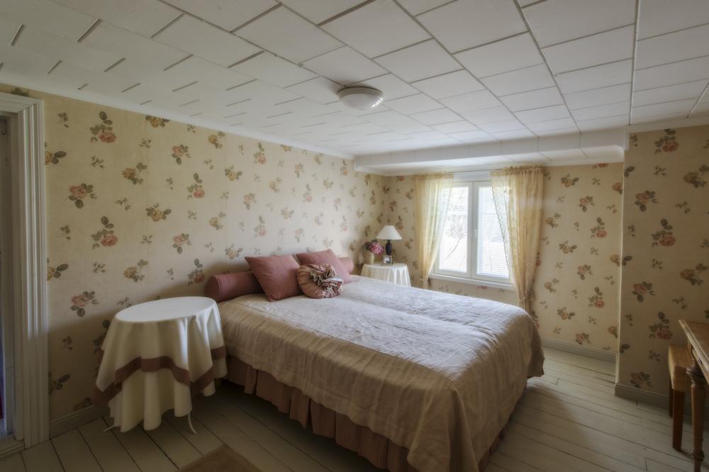Lammin tilan päärakennuksen tunnelmallinen ja romanttinen makuuhuone.