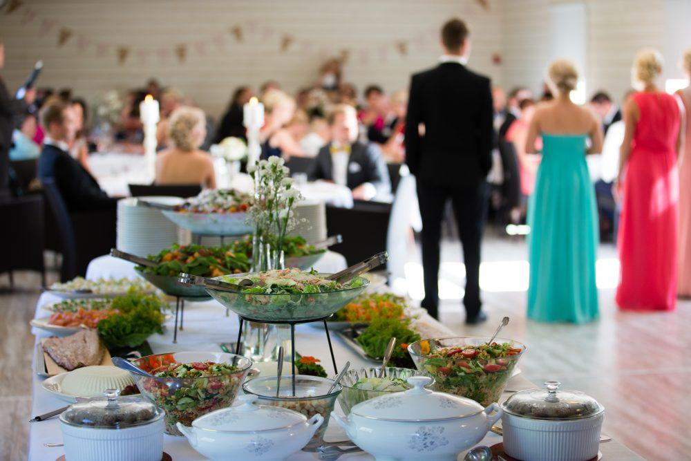 Uudistetun tallirakennuksen juhlatila on toimiva tila monenlaisiin juhliin ja tilaisuuksiin.